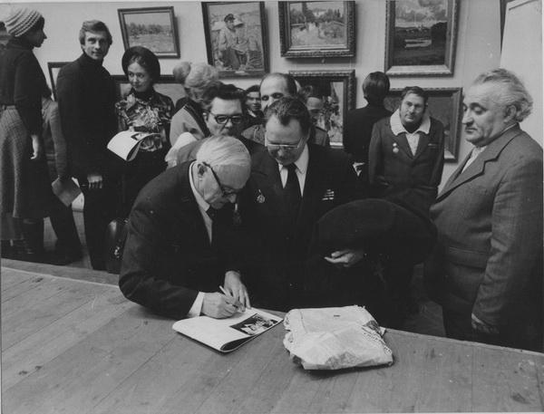 В.Г.Гремитских даёт автографы на выставке 12 московских живописцев на Кузнецком Мосту в Москве. Декабрь 1978 года.
