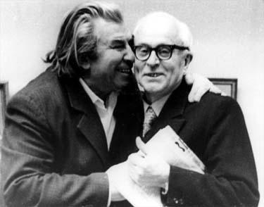 Художники Николай Николаевич Горлов (слева) и Владимир Георгиевич Гремитских на выставке Объединения 12-ти московских живописцев, которая открылась в Москве на Кузнецком Мосту в декабре 1979 года.
