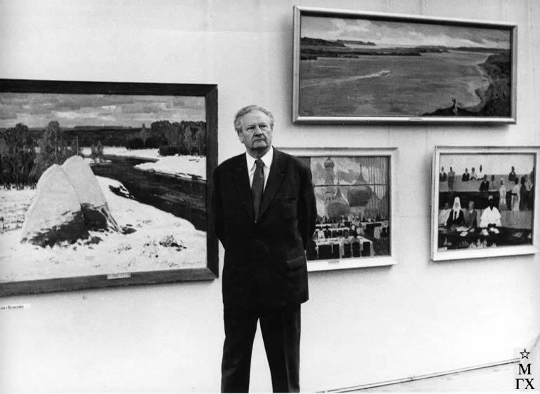 М.Ф. Володин на выставке работ 12-ти художников на фоне своих работ. Январь 1979 года.