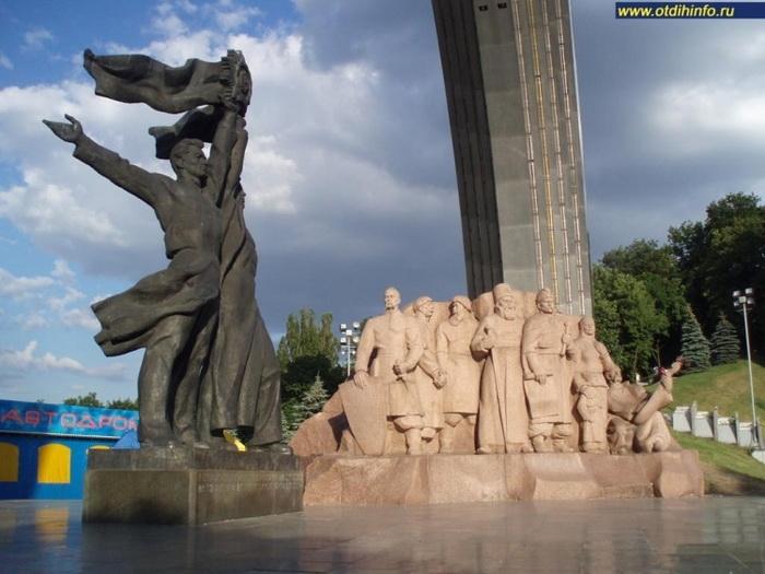 Арка дружбы народов, скульптурная композиция в честь объединения Украины с Россией