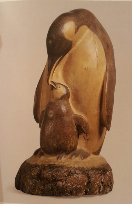 В.А. Ватагин «Пингвин с птенцом». Дерево. 1960 г.