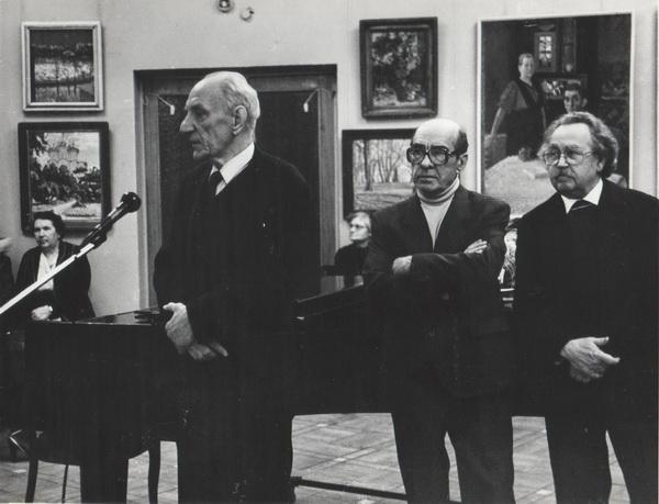 На открытии выставки. В центре стоит Н.П. Толкунов.