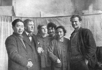 Е. Е. Моисеенко в группе студентов в период работы над дипломной картиной. Руководитель мастерской А. А. Осмеркин (второй слева) среди своих учеников. 1947 г.